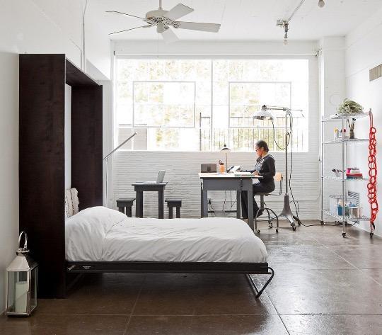 рабочее место в спальне светлых оттенков в стиле минимализм