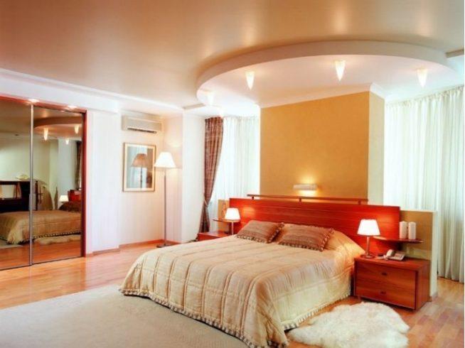 Натяжной потолок над кроватью в виде полукруга