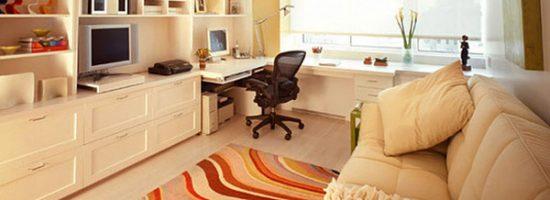Комната-гостиная с компьютерным столом у окна