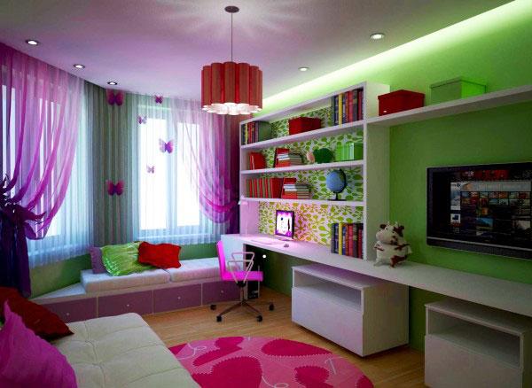 яркая гостиная комната совмещена с детской спальней в зелено - сиреневых тонах