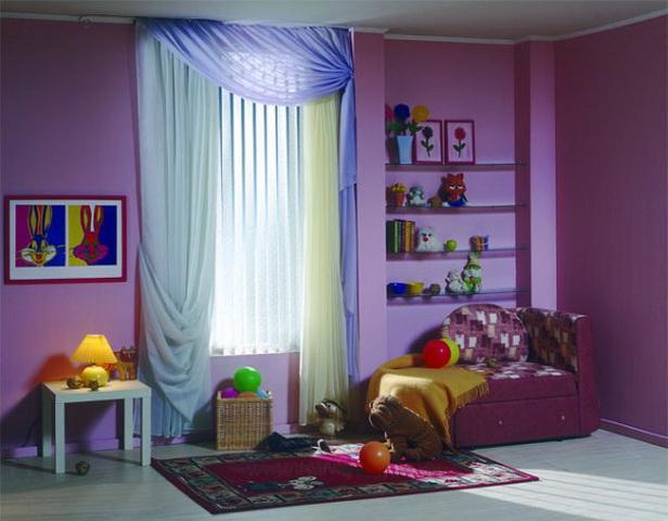 комната в сиреневых тонах с голубыми шторами