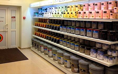 Широкий ассортимент красок в магазине