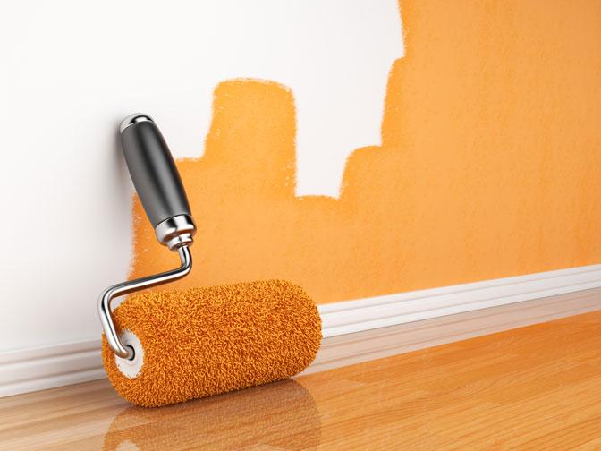 Окрашивание стен оранжевой краской с помощью валика