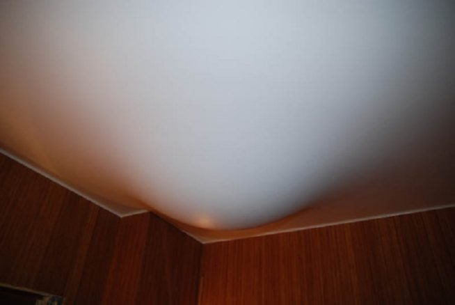 Затопленный натяжной потолок до ремонта