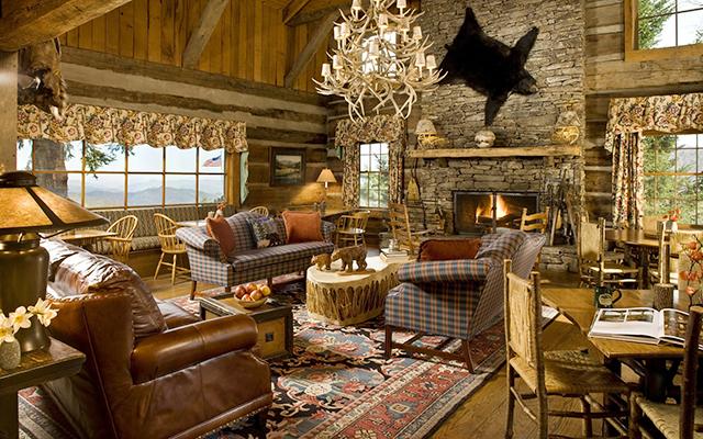 большая просторная гостиная в загородном доме, оформленная в стиле кантри