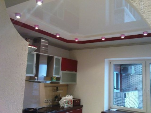 Классический стиль потолка на кухне