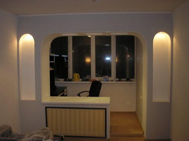 кабинет на балконе гармонирует с остальными помещениями