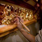 Процесс золочения декоративных элементов интерьера