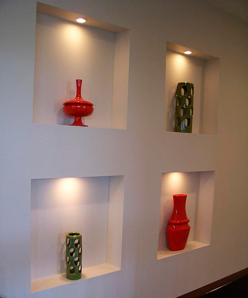 Ниши в стене с точечной подсветкой