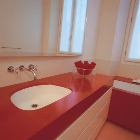 Столешница в ванной красного цвета