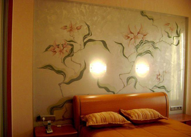 Изображение цветов на стене в спальне