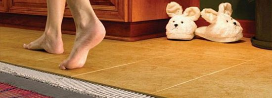 Девушка идёт босиком по полу