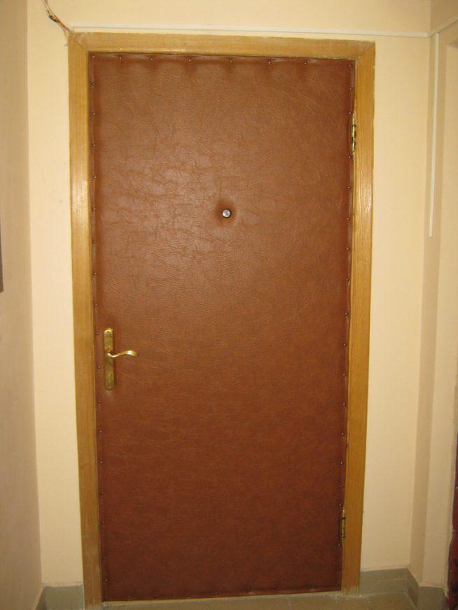 Входная дверь обитая винилкожей