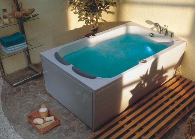 Белая ванна в стиле СПА