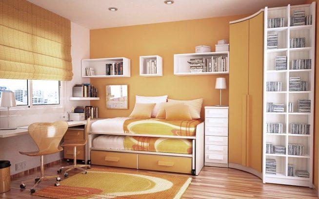 Комната в светлых тонах с компактной корпусной мебелью