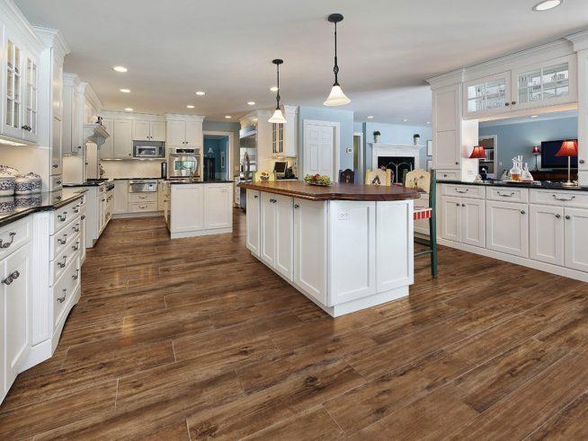 Сочетание деревянного пола и мебели на кухне