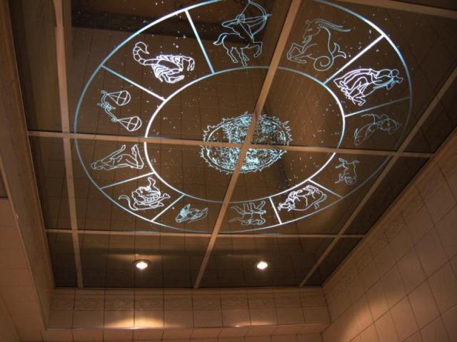 Зеркальный потолок в квартире с рисунком