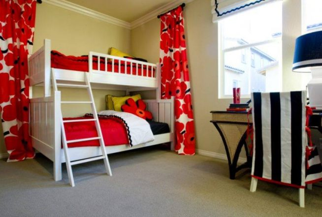 детская комната в красно-белых тонах