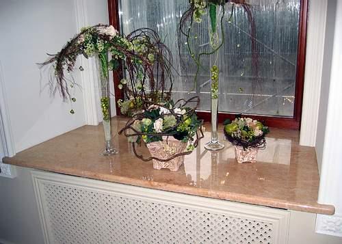 Подоконник с красивыми цветами
