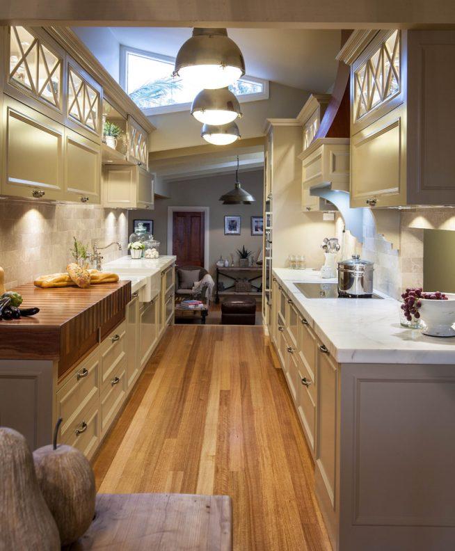 Мебель светлых тонов на узкой кухне