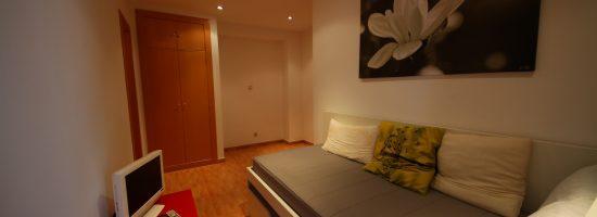 Особенности дизайна узкой спальни