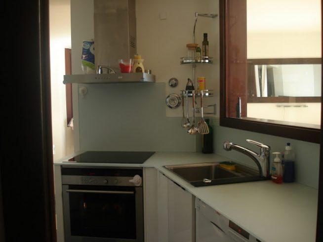 Вариант узкой кухни без шкафчиков