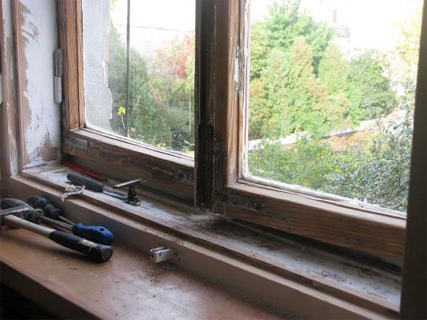 Старое деревянное окно до начала ремонта
