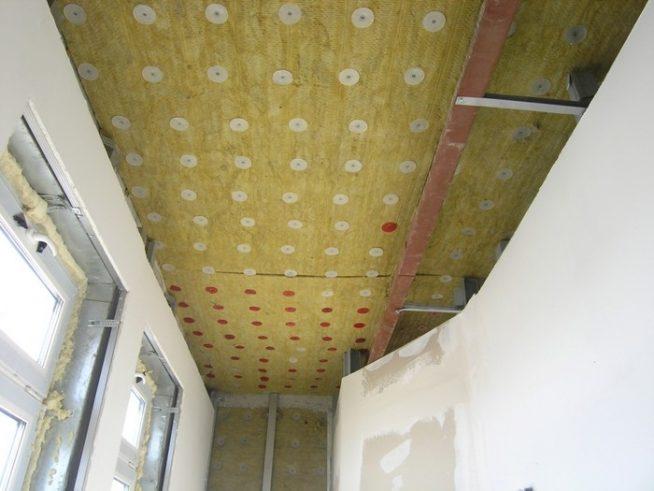 Потолок с шумоизоляционным материалом