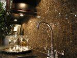Металлическая мозаика в оформлении стен кухни