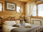 Спальня, оформленная в стиле шале
