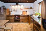 Пример использования дизайна шале в оформлении кухни