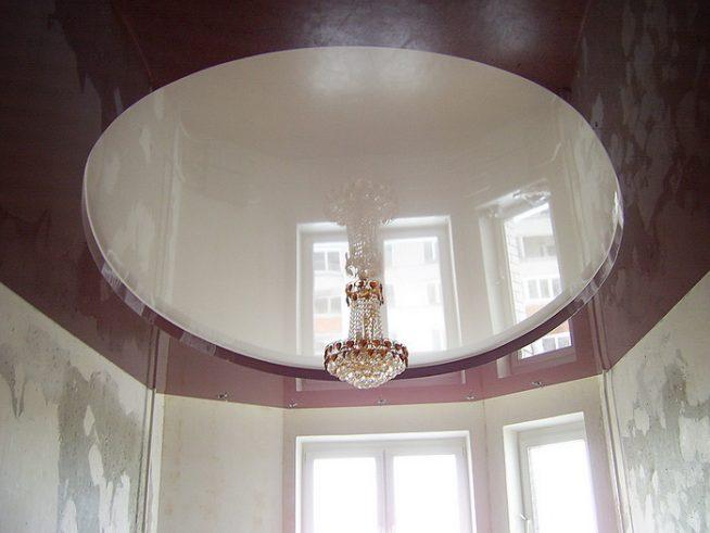 Сочетание люстры и многоуровневого потолка