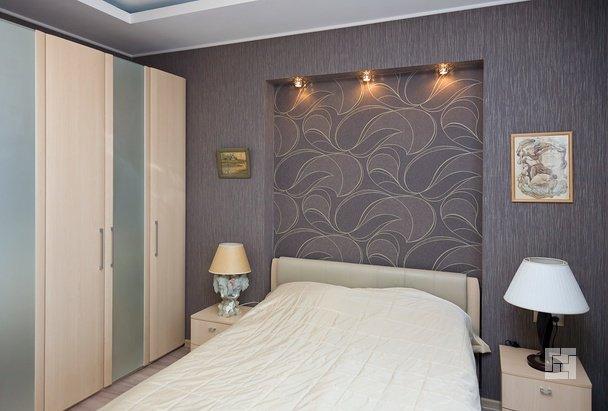 Интерьер спальни с нишей для кровати фото