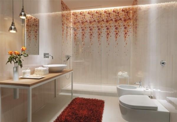 Плитка с цветочным узором в интерьере ванной в светлых тонах