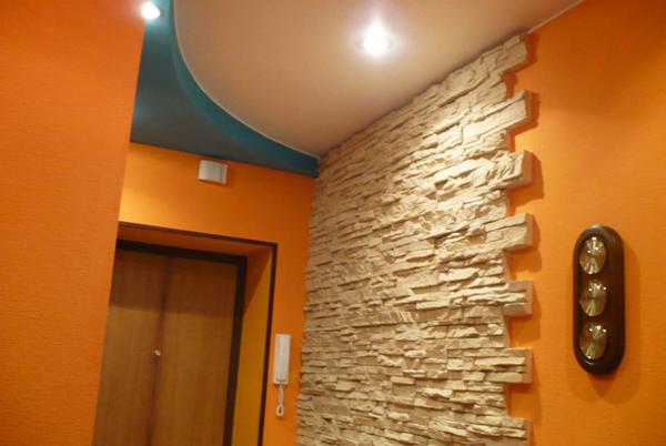Декоративный камень в светлых тонах для тесной прихожей