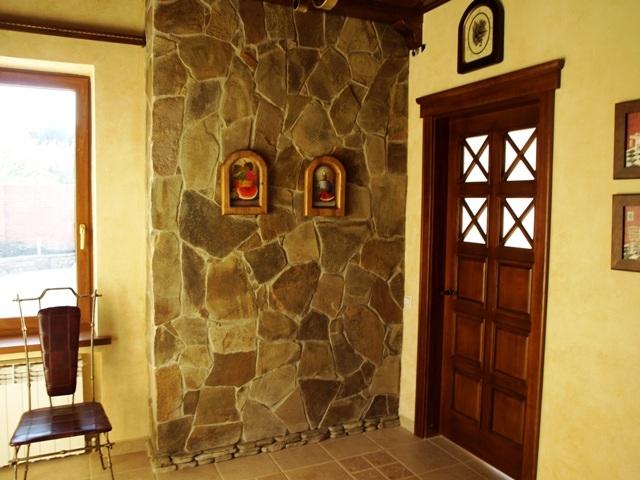 Комбинация декоративного камня и обоев в интерьере прихожей
