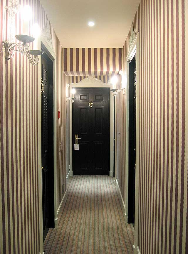Обои с вертикальными полосами для узкой прихожей