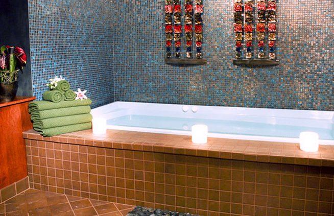 Цветовой контраст отделки в ванной в японском стиле