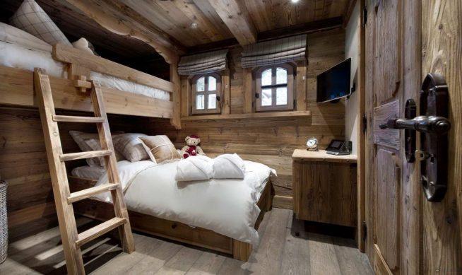 Кованая оконная и дверная фурнитура в альпийской спальне