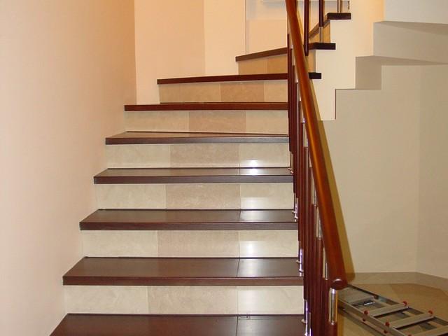 Лестница, оформленная ламинатом с облицовкой