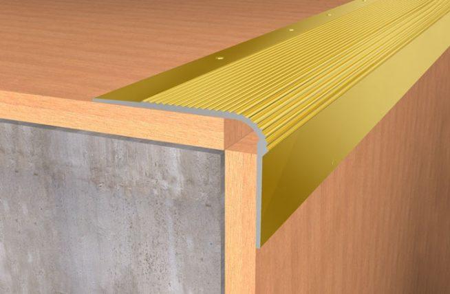 Защита угла ступеньки металлическим профилем