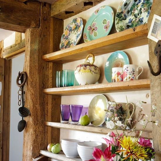 керамическая посуда на полках на кухне