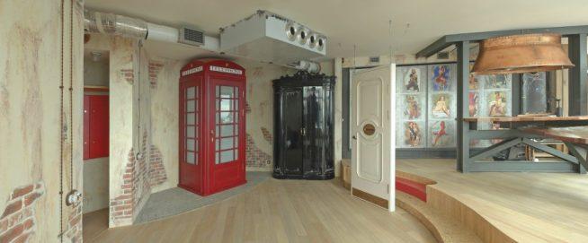 Английская телефонная будка на кухне лофт