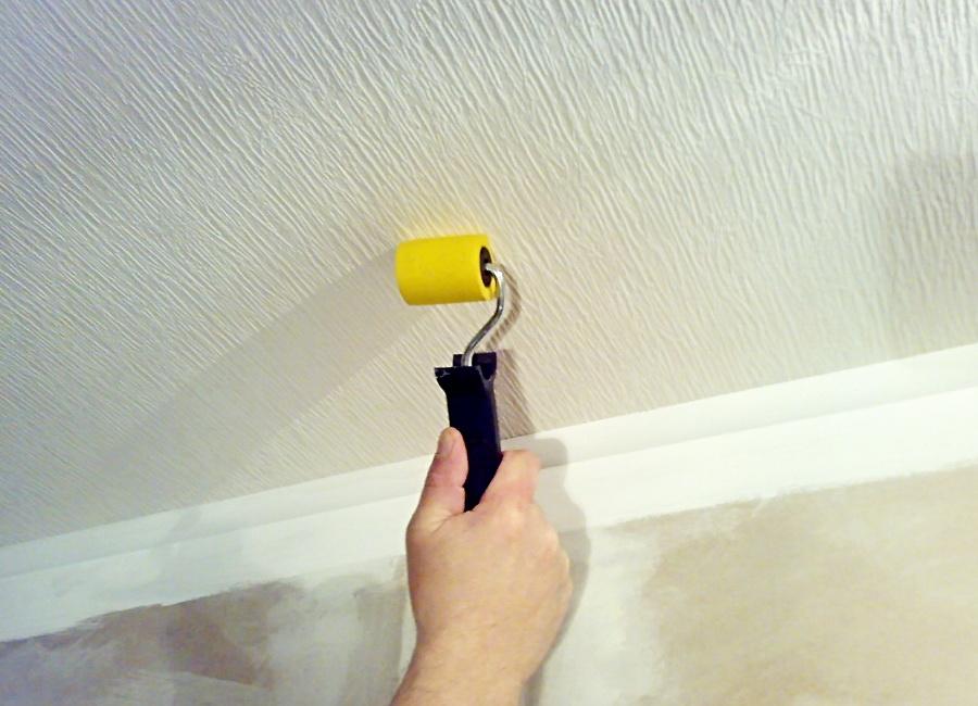 Как самостоятельно поклеить обои на потолок?