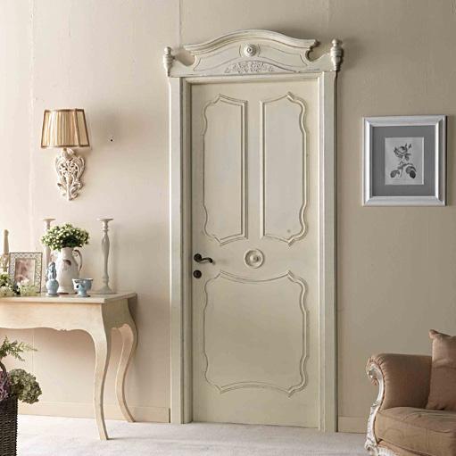 Дверь в светлой команте
