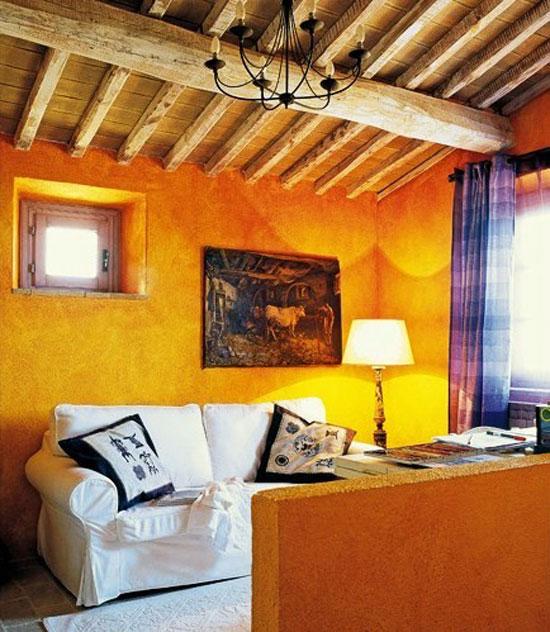 Комната с потолком с деревянными балками