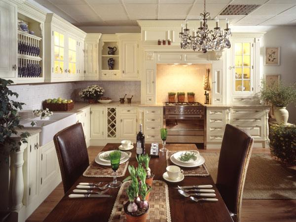 Большой столна кухне в английском стиле