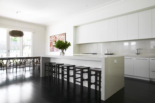 Белые стены на кухне