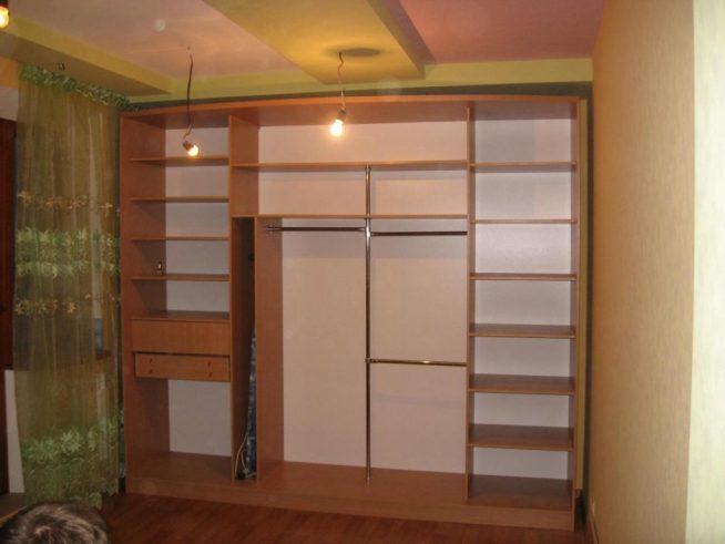 Сборкасекци и полок шкафа