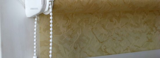 Как повесить рулонную штору на пластиковое окно